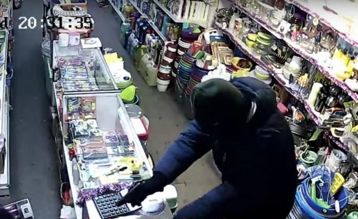 Камера сняла ограбление магазина